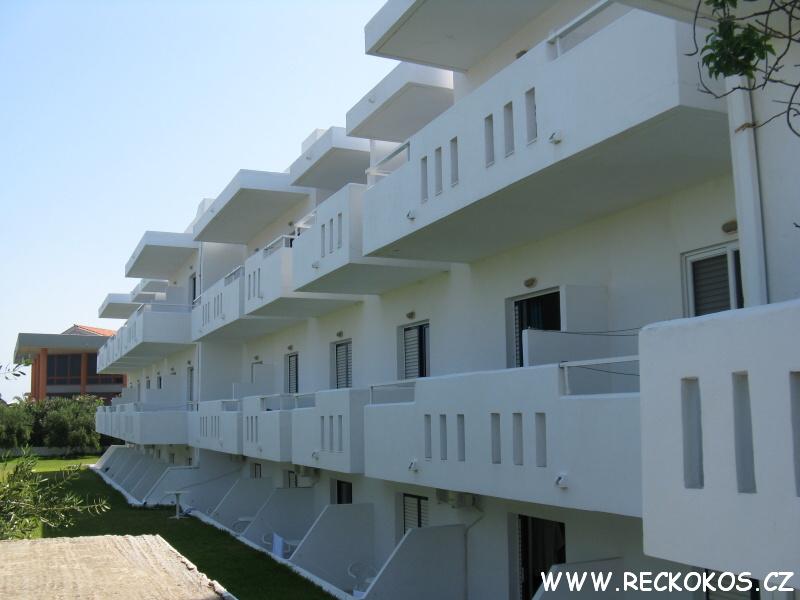Část hotelu směrem k pláži